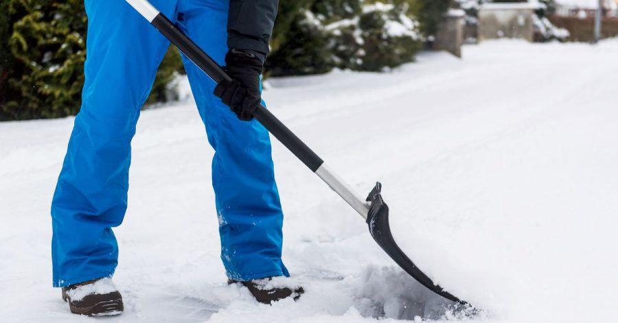 So sollte das Schneeschippen idealerweise ablaufen: Warme Kleidung und feste Schuhe - und der Schnee wird nach vorne geschoben und nicht angehoben.