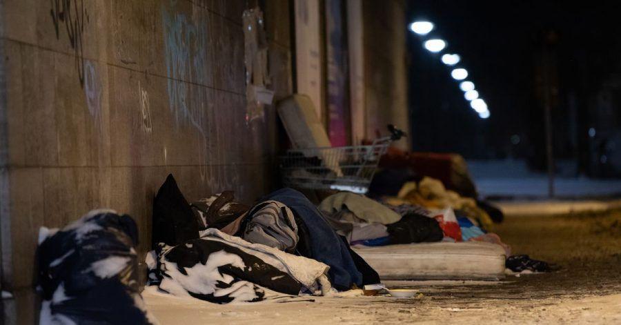 Obdachlose haben bei eisigen Temperaturen und Schnee unter einer Brücke am Bahnhof Zoo in Berlin ihr Lager errichtet und schlafen.