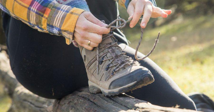 Wanderschuhe schützen die Füße und geben Halt auf unebenen Wegen.