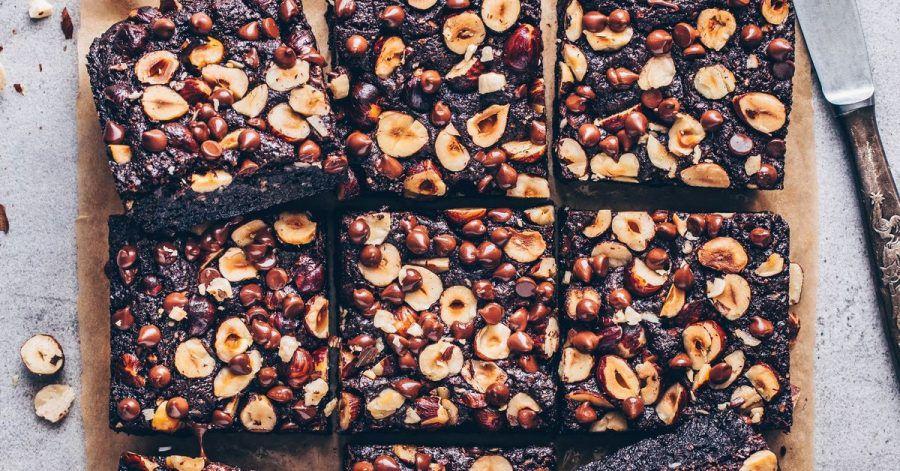 Kommen die Haselnuss-Brownies frisch aus dem Ofen, sollte man sie richtig auskühlen lassen. Dann werden sie kompakter.