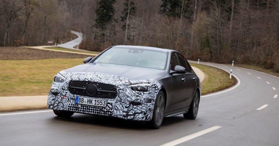Ausfahrt mit Tarnung: Noch will Mercedes die letzten Details zur Optik der neuen C-Klasse nicht verraten.