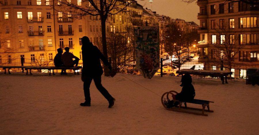 Die klirrende Kälte sorgt vor allem bei den Kleinen für eine Menge Spaß: Ein Kind wird auf einem Schlitten gezogen.