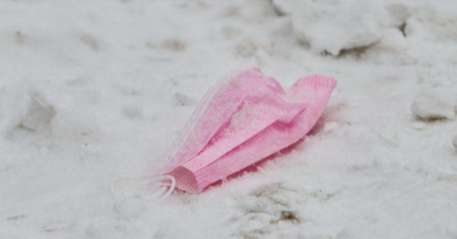 Masken sollen helfen, die Neuinfektionen zu verringern. Hier liegt ein Modell im Schnee.