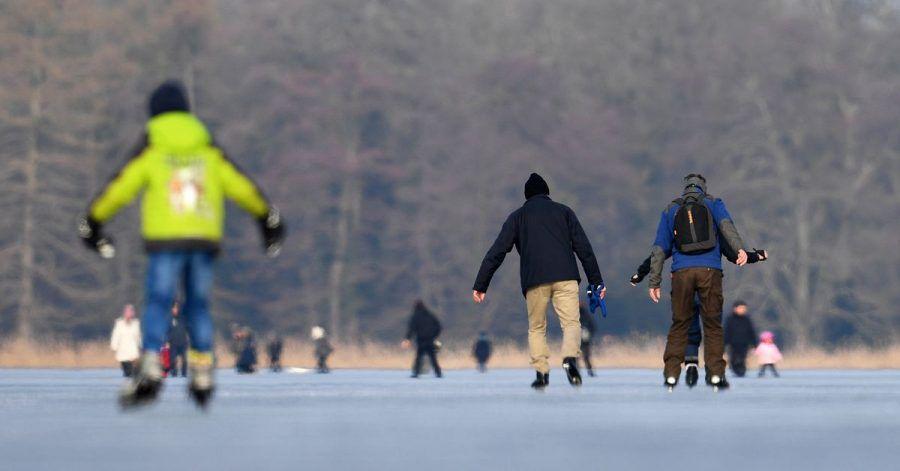 Schlittschuhläufer auf dem Heiligen See in Potsdam - das Eis muss für dieses Wintervergnügen immer dick genug sein.