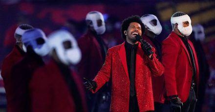 Der kanadische Sänger The Weeknd als Unterhalter beim Super Bowl 2021.