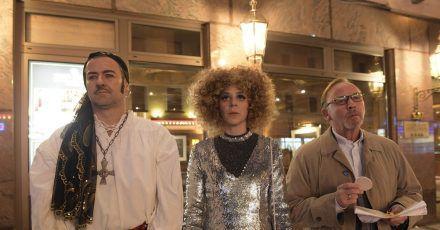 Die drei Kommissare Harald Neuhauser (l-r, Marcus Mittermeier), Angelika Flierl (Bernadette Heerwagen) und Ludwig Schaller (Alexander Held) in der Spielhalle Nevada.