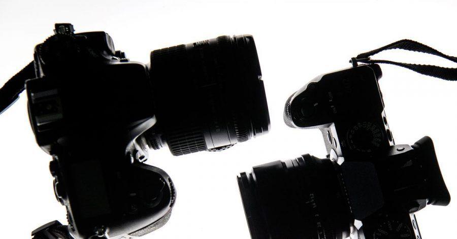 Man sieht es: Die spiegellose Systemkamera (r) kommt deutlich schlanker daher als die Spiegelreflexkamera (l).