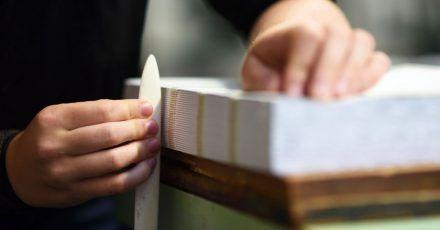 Bücher zu binden ist eine Fertigkeit, die Urlauber in Leipzig in Kursen erlernen können.