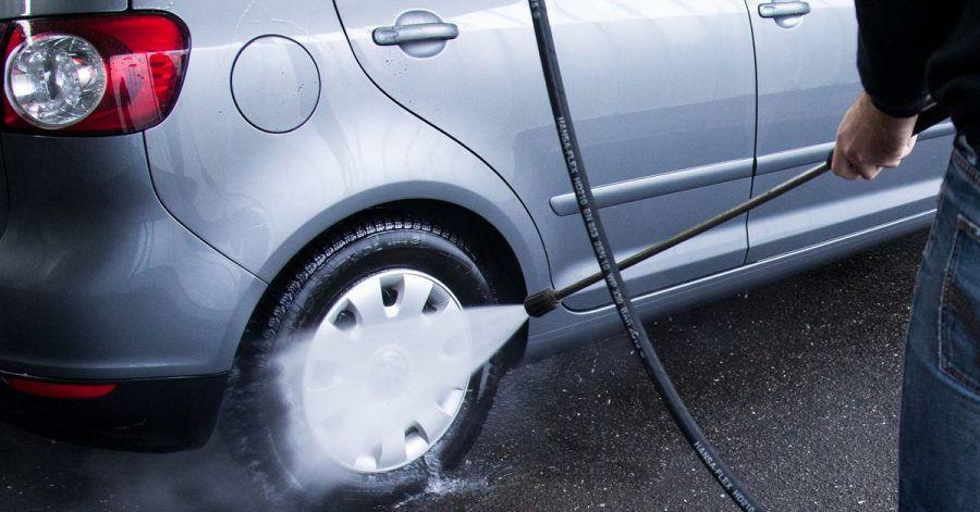 Vorsicht an den Reifen: Vor der Fahrt in die Waschanlage einen Hochdruckreiniger zu nutzen, ist sinnvoll - Autofahrer sollten aber auf genug Abstand achten und einzelne Stellen nicht zu lange reinigen.
