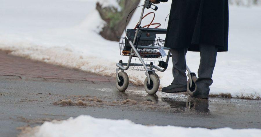 Kleine Räder ohne Profil machen das Fortkommen mit einem Rollator bei winterlichen Verhältnissen nicht leichter.
