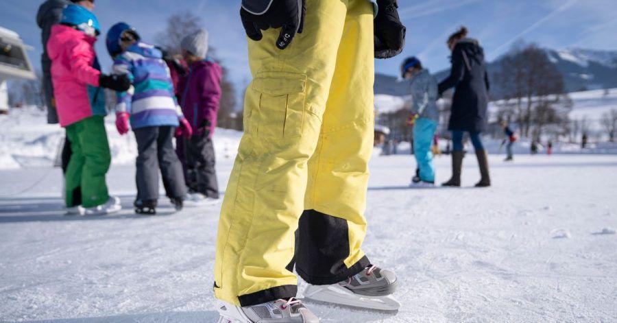 Dicke Handschuhe halten beim Eislaufen die Hände nicht nur warm, sondern schützen sie auch vor Verletzungen bei Stürzen.