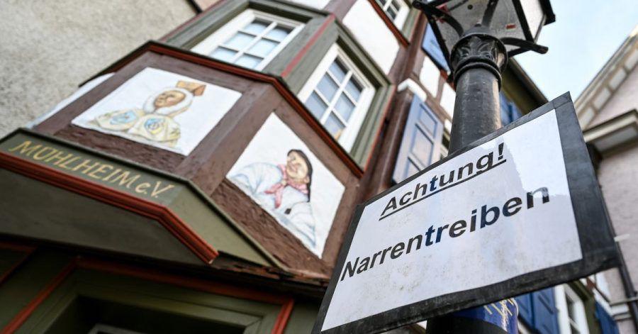 Ein Schild in Mühlheim an der Donau warnt: ««Achtung! Narrentreiben». Coronabedingt wird  dieses Jahr aber mit Abstand und online gefeiert.