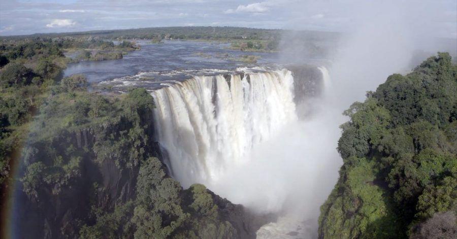 Viel Wasser fließt durch die Victoriafälle. Die angeblich ausgetrockneten Victoria-Wasserfälle werden von Wasser überströmt, doch der Tourismus bleibt wegen der Pandemie aus.