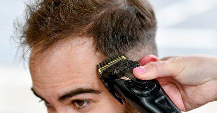 Lieber den Profi machen lassen: Weder mit der Haarschneidemaschine noch der Schere sollte jetzt noch selber an den Haaren experimentiert werden.