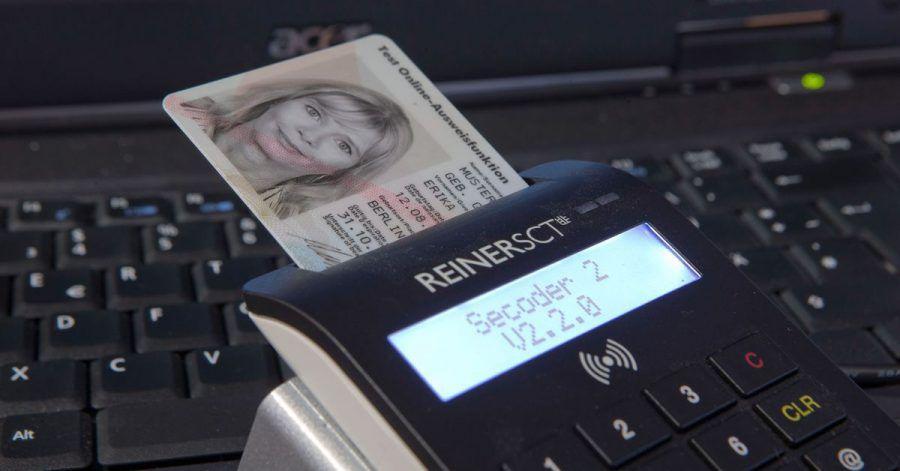 Will man den Personalausweis online verwenden, braucht man bisher ein spezielles Lesegerät. Bald könnte auch eine Nutzung per Smartphone möglich sein.