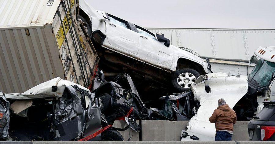 Nach dem Unfall auf der vereisten Interstate 35 in der Nähe von Fort Worth stapeln sich die Fahrzeuge.