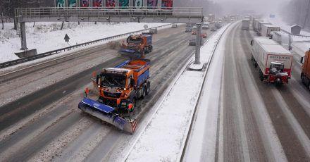 Fahrzeuge des Winterdienstes räumen auf der Autobahn 8 den Neuschnee weg.