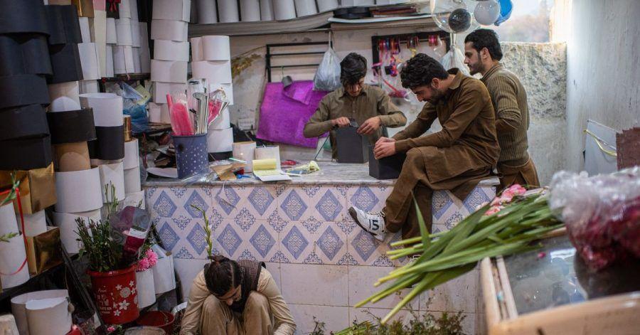 Junge Männer in Islamabad bereiten Blumengeschenke für den Valentinstag vor.