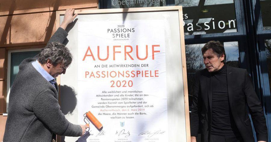 Spielleiter Christian Stückl (l) und der damalige Bürgermeister von Oberammergau, Arno Nunn (parteilos) machten 2019 den Aufruf zum «Haar- und Barterlass» öffentlich.