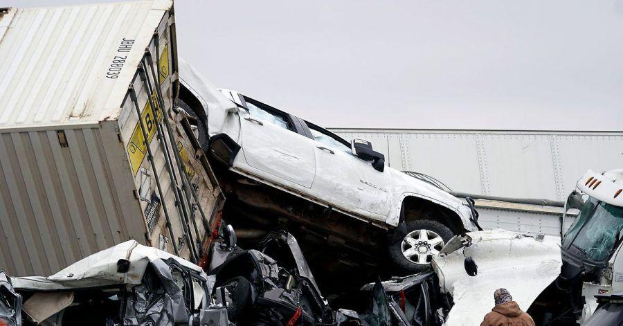 Fahrzeuge stapeln sich nach einem Unfall auf der Interstate 35 in der Nähe von Fort Worth im Bundesstaat Texas.
