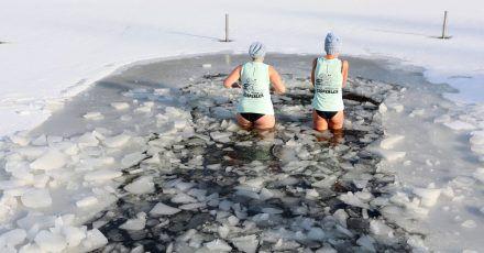 Seit sechs Jahren treffen sich die Frauen und Männer von den Hasselfelder Eisperlen wöchentlich zum Eisbaden. Anfänger müssen langsam mit der Gewöhnung an das eiskalte Wasser beginnen.
