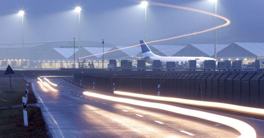 Flughafenbetreiber und Fluggesellschaften wollen bis 2050 klimaneutral werden - mit Einsparungen durch technologische Verbesserungen bei Flugzeugen und umweltfreundlichere Treibstoffe. Für Umweltschützer ist das ein Mogelpackung.