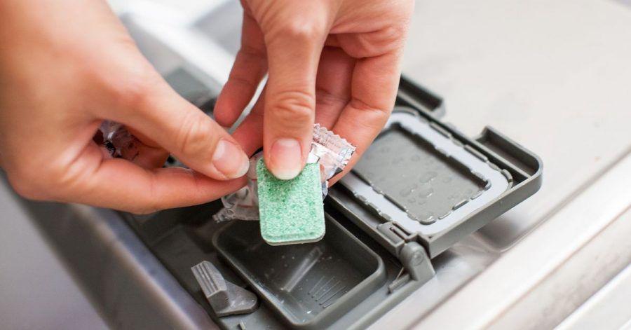 Reinigungstabs für die Spülmaschine bieten oft verschiedene Funktionen in einem. Auch ein Salzersatzstoff kann enthalten sein.