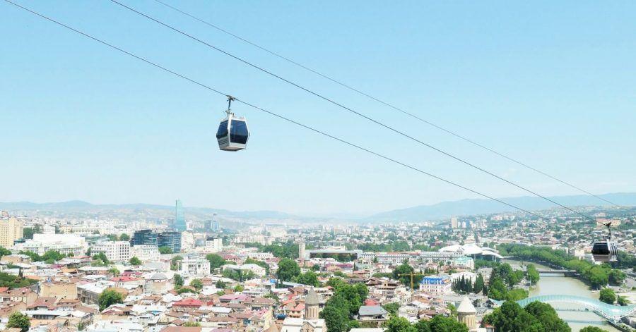 Seilbahn über Tiflis:Georgien lässt gegen das Coronavirus geimpfte Reisende ohne weitere Einschränkungen ins Land.