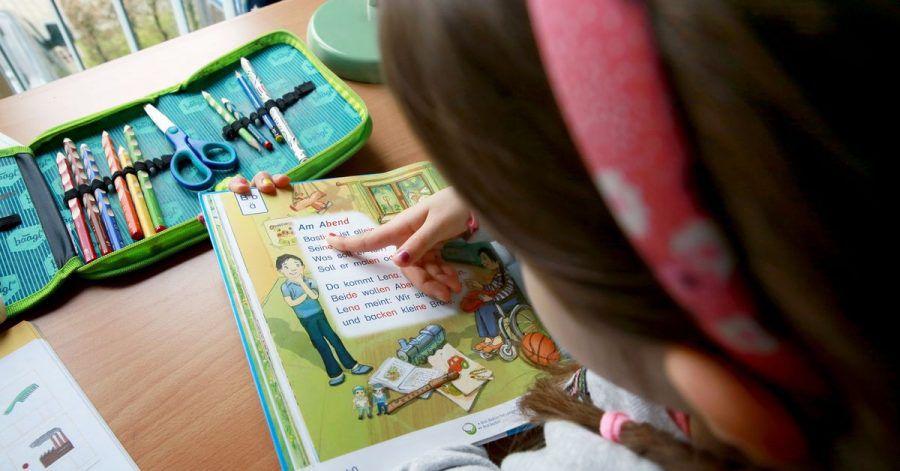 Steht der Schreibtisch nah an einem Fenster, ist das für Kinderaugen wegen des einfallenden Tageslichts besser.