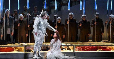 Solisten und Opernchor proben im Februar 2020 eine Szene  aus Richard Wagners Oper «Lohengrin» am Theater Erfurt.