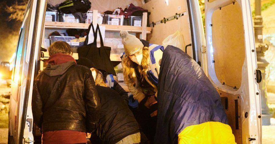 Mitarbeiter der Stadtmission helfen mit dem Kältebus wohnungslosen Menschen.
