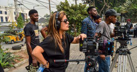 Die Regisseurin Hamisha Daryani Ahuja am Filmset.
