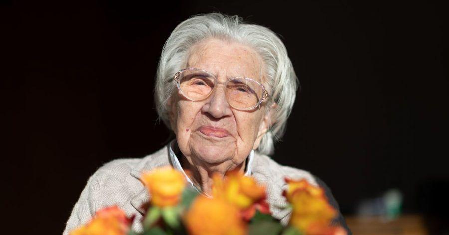 Blumen für die Jubilarin:Mina Hehn feiert ihren 108. Geburtstag.