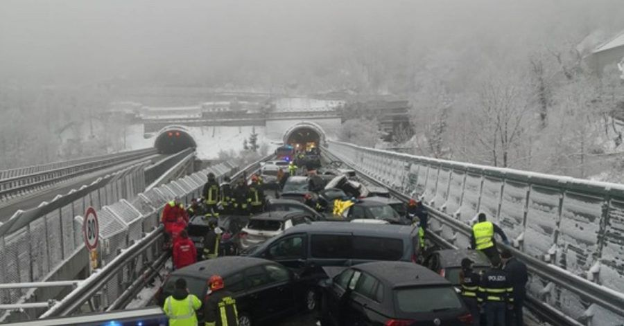 Chaos auf der A32: Mehrere Fahrzeuge stehen an der Unfallstelle.