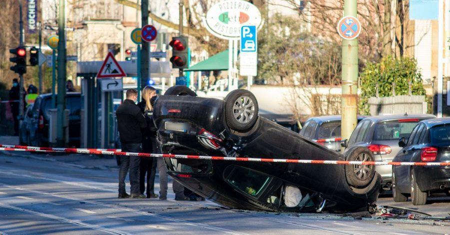 Polizisten an der Unglücksstelle. Es wird weiterhin davon ausgegangen, dass es sich um einen Unfall handelte.