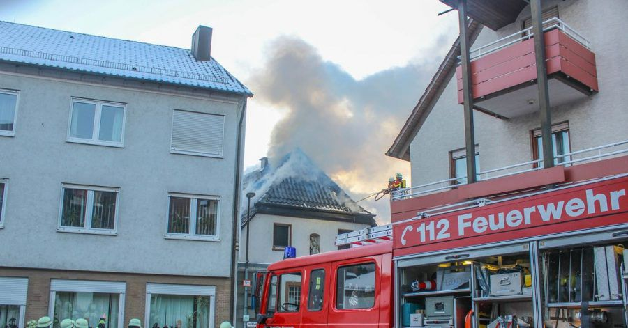 Einsatzkräfte der Feuerwehr löschen einen Brand in einem Wohnhaus in Kämpfelbach.