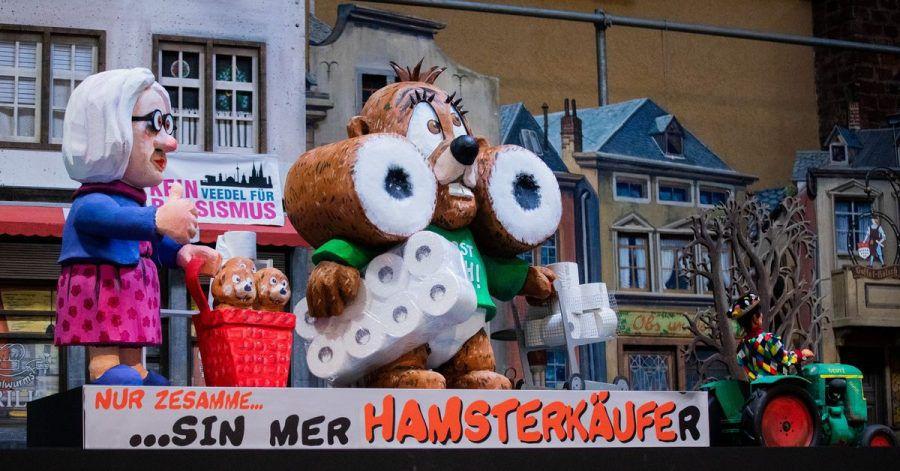 Der Hamster ist unterwegs - natürlich mit Klopapier.