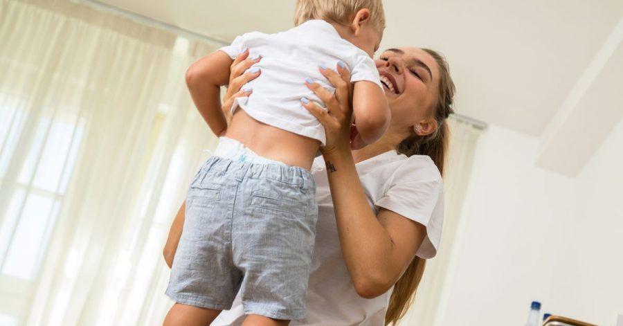 So machen es Eltern richtig: Mit beiden Händen unter der Achsel das Kind greifen und dann hochheben.