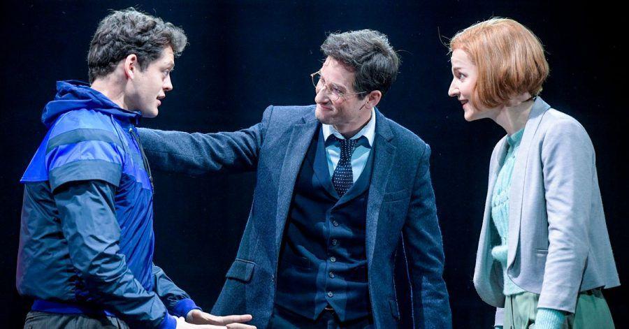 Vincent Lang (als Albus Potter, l-r), Markus Schöttl (als Harry Potter) und Sarah Schütz (als Ginny Potter) müssen auf ihre Premiere noch länger warten.