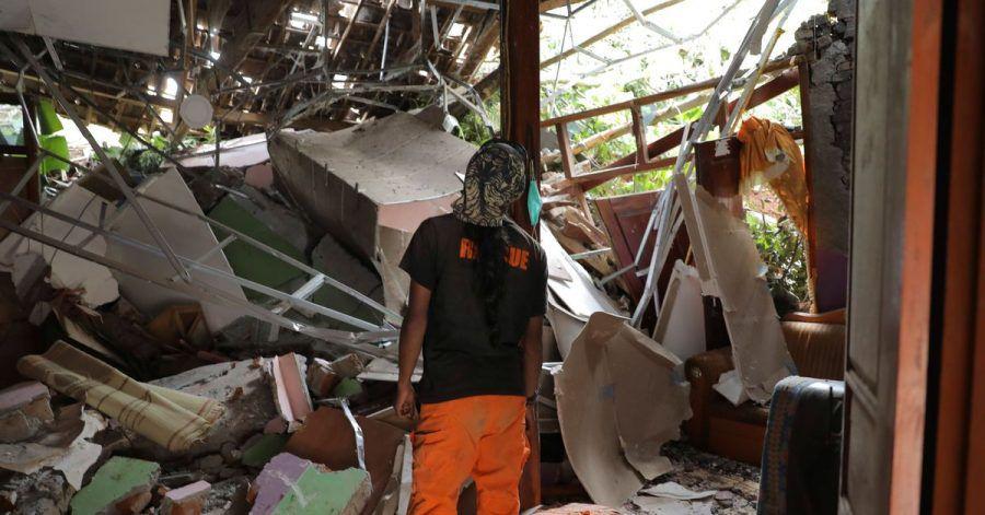 Ein Rettungshelfer inspiziert ein zerstörtes Haus im Dorf Nganjuk.
