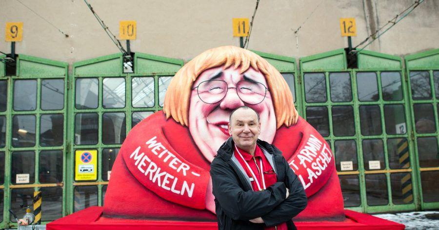 «Armin Merkel»:Jacques Tilly vor einem seiner Motto-Wagen.