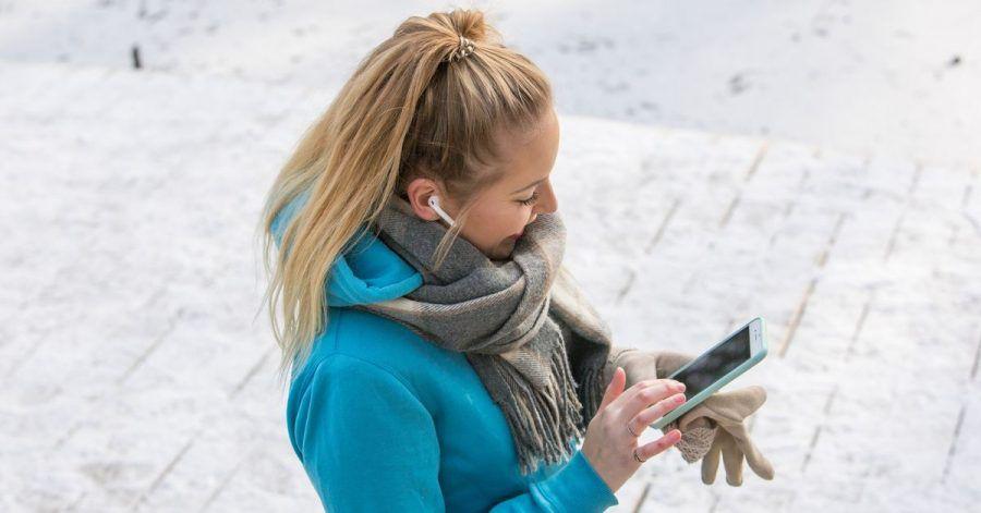 Headset bei Kälte ist schon einmal gut. Ansonsten gilt: Smartphone nur so lang wie eben nötig aus der warmen Innentasche holen.