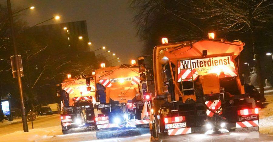 Räumfahrzeuge der Stadtreinigung Hamburg sind nach starkem Schneefall auf Hamburgs Straßen unterwegs.
