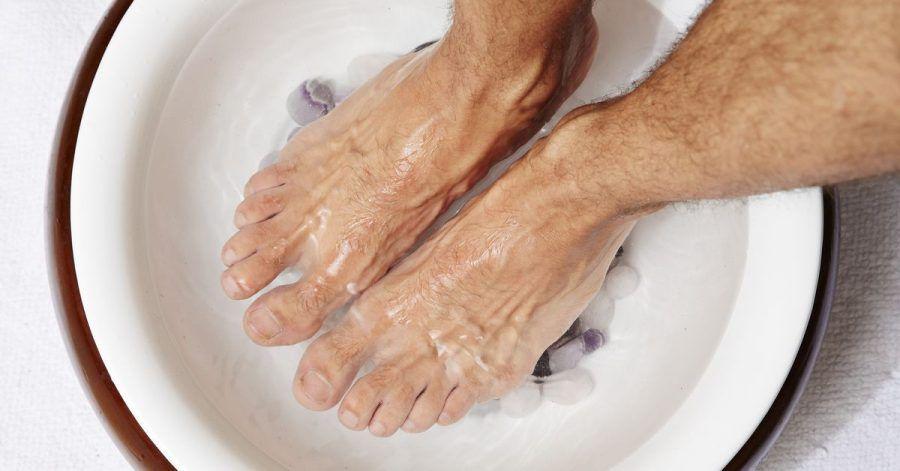 Gerade im Winter sind warme Fußbäder eine richtige Wohltat. Ein Zusatz von Lavendelöl kann dabei den Stressabbau fördern.