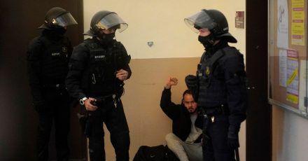 Rapper Pablo Hasél hebt bei seiner Festnahme in der Universität von Lleida die Faust.