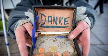 Ein Bettler bedankt sich in der Fußgängerzone für Geldspenden. Die Bundesbürger haben im ersten Pandemie-Jahr deutlich mehr Geld gespendet als früher.