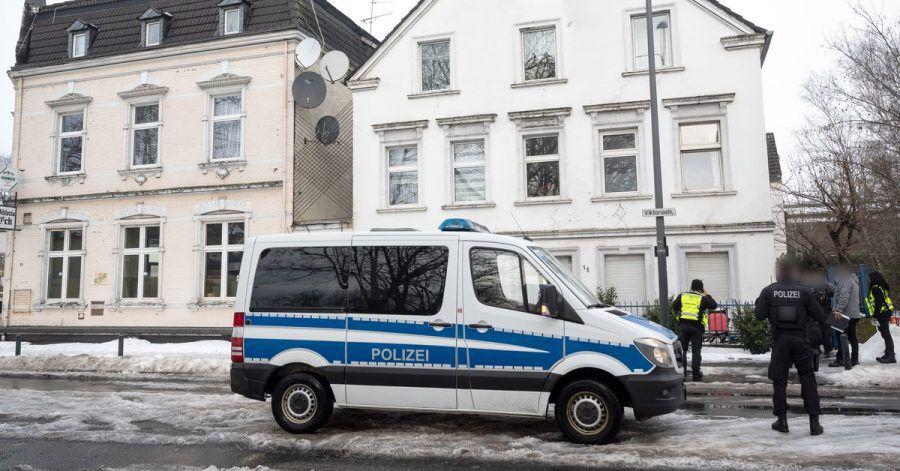 Ein Polizeiwagen steht vor einem Haus in der Victoriastraße inHamm.