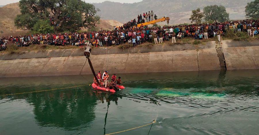 Rettungsdienste arbeiten an der Stelle eines Busunfalls im Bezirk Sidhi im zentralindischen Bundesstaat Madhya Pradesh. Dort war ein Bus in einen Kanal gestürzt.