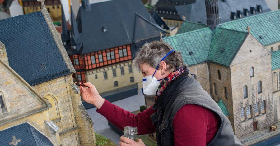 Andrea Herfurth, Gärtnerin beim Bürger- und Miniaturenpark Wernigerode, lackiert ein Modell der Sankt-Petri-Kirche, deren Original in Thale steht.
