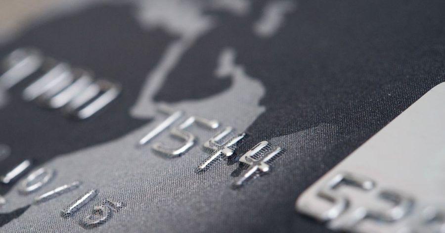 Kreditkarte machen das Bezahlen im Internet oder im Ausland einfach. Aber für die Karten werden oft Gebühren fällig.